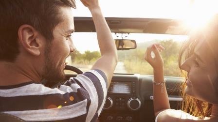 Веселая поездка на машине на двоих