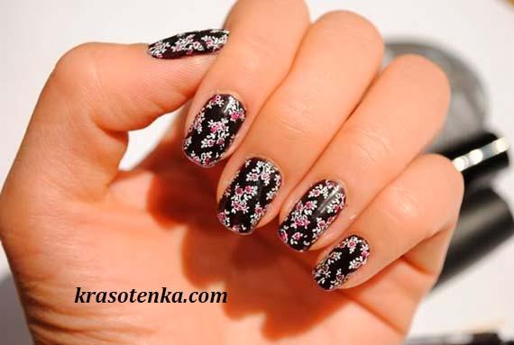 стемпинг маникюр - мелкие цветочки на черном фоне