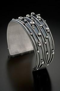 Широкий металлический браслет - манжет