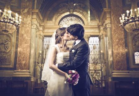 Свадебная пара в костеле