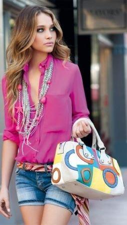 Розовая рубашка с джинсовыми шортами