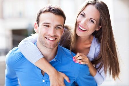 Счастливая пара молодых людей