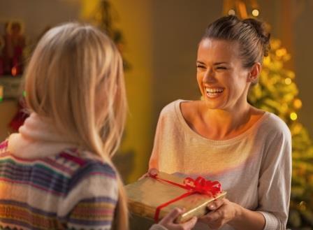 Радостный момент получения подарка