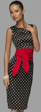 Женщина в платье с горошком и красным поясом