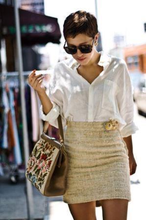 Брошь на поясе юбки