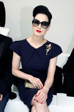 Гламурное украшение классического платья брошью