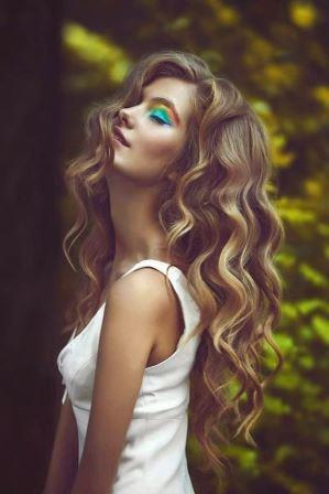 Большие локоны на длинных волосах