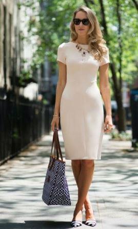 Нежное деловое платье пастельного оттенка
